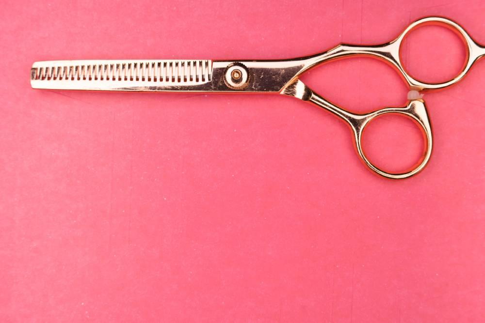 jak ostříhat husté vlasy